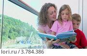 Купить «Мать читает книгу с детьми на корабле», видеоролик № 3784386, снято 25 июня 2012 г. (c) Losevsky Pavel / Фотобанк Лори