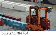 Купить «Погрузчик передвигает контейнер в порту в Копенгагене», видеоролик № 3784454, снято 27 июня 2012 г. (c) Losevsky Pavel / Фотобанк Лори