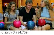Купить «Девушки с парнем разговаривают и затем обращают внимание на кого-то из друзей в клубе», видеоролик № 3784702, снято 3 апреля 2012 г. (c) Losevsky Pavel / Фотобанк Лори