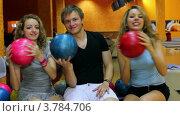 Купить «Юноша и две девушки в хорошем настроении в боулинг-клубе», видеоролик № 3784706, снято 28 марта 2012 г. (c) Losevsky Pavel / Фотобанк Лори
