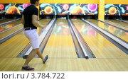 Купить «Молодой парень бросает шар для боулинга и сбивает все кегли», видеоролик № 3784722, снято 22 марта 2012 г. (c) Losevsky Pavel / Фотобанк Лори