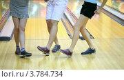 Купить «Две девушки с парнем танцуют в боулинг клубе», видеоролик № 3784734, снято 22 марта 2012 г. (c) Losevsky Pavel / Фотобанк Лори