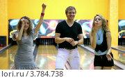 Купить «Девушки и парень танцуют в боулинг клубе», видеоролик № 3784738, снято 28 марта 2012 г. (c) Losevsky Pavel / Фотобанк Лори