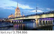 Купить «Новоарбатский мост и высотное здание в вечерней подсветке», видеоролик № 3784866, снято 17 июля 2012 г. (c) Losevsky Pavel / Фотобанк Лори