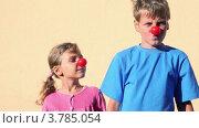 Купить «Улыбающиеся мальчик и девочка с клоунскими носами», видеоролик № 3785054, снято 19 июля 2012 г. (c) Losevsky Pavel / Фотобанк Лори