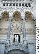 Купить «Базилика Нотр Дам де Фурвьер. Вход в верхнюю церковь (Лион, Франция)», фото № 3787894, снято 11 июля 2012 г. (c) Виктория Фрадкина / Фотобанк Лори