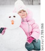 Купить «Девочка сидит на снегу около снеговика в зимнем парке», фото № 3789066, снято 16 февраля 2012 г. (c) yarruta / Фотобанк Лори