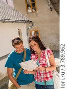 Купить «Молодая пара на прогулке по городу с картой», фото № 3789962, снято 26 мая 2012 г. (c) CandyBox Images / Фотобанк Лори