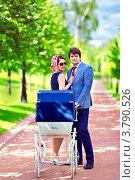Красивая молодая пара с коляской в летнем парке. Стоковое фото, фотограф Екатерина Штерн / Фотобанк Лори