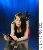 Купить «Девушка читает электронную книгу лежа на полу», фото № 3793822, снято 29 августа 2012 г. (c) Валерий Александрович / Фотобанк Лори