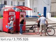 Купить «Люди у автомата с газировкой в парке», эксклюзивное фото № 3795926, снято 15 июня 2012 г. (c) Яков Филимонов / Фотобанк Лори