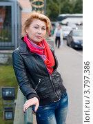 Красивая женщина гуляет по улицам осеннего города. Стоковое фото, фотограф Сергей Пинаев / Фотобанк Лори