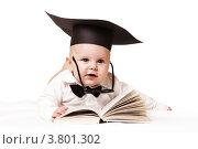 Маленький ребенок в бабочке, конфидератке и очках лежит перед раскрытой книгой. Вундеркинд. Стоковое фото, фотограф Rumo / Фотобанк Лори