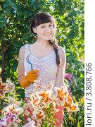 Красивая девушка ухаживает за цветами в саду. Стоковое фото, фотограф Майя Крученкова / Фотобанк Лори