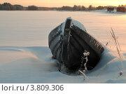 Зимний пейзаж с одинокой деревянной лодкой на берегу под снегом. Стоковое фото, фотограф Вакулин Сергей / Фотобанк Лори