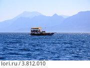 Купить «Яхта на фоне гор Торос (Анталья)», фото № 3812010, снято 16 мая 2018 г. (c) Валерий Шилов / Фотобанк Лори