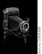 Старый фотоаппарат на черном фоне (2012 год). Редакционное фото, фотограф Борис Двойников / Фотобанк Лори