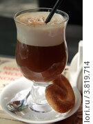 Ирландский кофе в бокале с кренделем. Стоковое фото, фотограф Юрий Москаленко / Фотобанк Лори