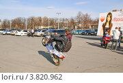 Купить «Езда на заднем колесе по площадке», эксклюзивное фото № 3820962, снято 21 апреля 2011 г. (c) Алёшина Оксана / Фотобанк Лори