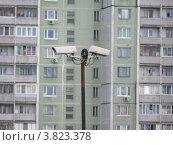 Камеры наружного видеонаблюдения на фоне многоэтажного жилого дома. Стоковое фото, фотограф Данила Васильев / Фотобанк Лори