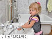 Купить «Маленькая девочка моет руки», фото № 3828086, снято 7 сентября 2012 г. (c) Вячеслав Палес / Фотобанк Лори
