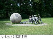 Купить «Современная скульптура в парке Tête d'Or, Лион, Франция», фото № 3828110, снято 12 июля 2012 г. (c) Виктория Фрадкина / Фотобанк Лори