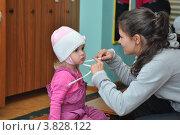 Купить «Мама одевает ребенка в детском саду», эксклюзивное фото № 3828122, снято 7 сентября 2012 г. (c) Вячеслав Палес / Фотобанк Лори