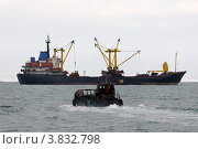 Купить «Самоходная баржа, идущая в направлении корабля», фото № 3832798, снято 10 сентября 2012 г. (c) Максим Деминов / Фотобанк Лори