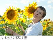 Женщина возле подсолнуха. Стоковое фото, фотограф Масюк Светлана / Фотобанк Лори