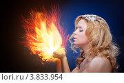 Купить «Замёрзшая блондинка держит огонь в ладонях», фото № 3833954, снято 22 февраля 2018 г. (c) Ряпосов Борис / Фотобанк Лори