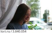 Девушка в кафе. Стоковое видео, видеограф Максим Шатохин / Фотобанк Лори