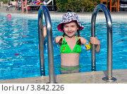 Девочка в открытом бассейне (2012 год). Редакционное фото, фотограф Julia Ovchinnikova / Фотобанк Лори