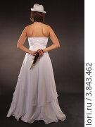 Невеста с пистолетом в руке. Стоковое фото, фотограф Бугаенко Татьяна / Фотобанк Лори