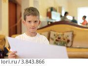 Купить «Мальчик дома собирается рисовать», фото № 3843866, снято 24 июля 2019 г. (c) Юлия Кузнецова / Фотобанк Лори