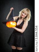 Купить «Женщина с фонарем из тыквы в шляпе», фото № 3844554, снято 25 октября 2011 г. (c) Татьяна Макотра / Фотобанк Лори