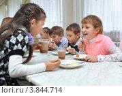 Купить «Дети в школьной столовой», фото № 3844714, снято 18 сентября 2012 г. (c) Вячеслав Палес / Фотобанк Лори