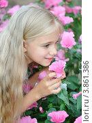 Красивая девочка нюхает цветы лаватера (Lavatera) Стоковое фото, фотограф Светлана Давыдова / Фотобанк Лори