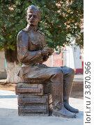 Купить «Фигура солдата из скульптурной группы памятника ВОВ, Ахтубинск», эксклюзивное фото № 3870966, снято 27 сентября 2012 г. (c) katalinks / Фотобанк Лори
