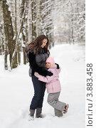 Купить «Счастливая мама с ребенком на прогулке в зимнем парке», фото № 3883458, снято 24 декабря 2011 г. (c) Игорь Долгов / Фотобанк Лори