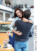 Счастливая молодая пара обнимается на улице. Стоковое фото, фотограф Raev Denis / Фотобанк Лори