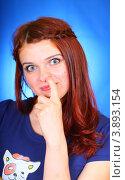 Девушка ковыряет в носу (2012 год). Редакционное фото, фотограф Антон Журавков / Фотобанк Лори