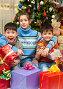 Дети в окружении подарков на фоне новогодней елки, фото № 3893786, снято 9 января 2011 г. (c) Владимир Мельников / Фотобанк Лори