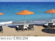 Два лежака и зонт с видом на море. Стоковое фото, фотограф Александра / Фотобанк Лори