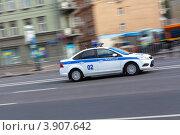 Полицейский автомобиль мчится по пустой дороге. Стоковое фото, фотограф Артём Самохин / Фотобанк Лори