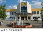 Купить «Дворец спорта и фонтан в городе Лобня, Московская область», фото № 3908950, снято 28 июля 2012 г. (c) Малышев Андрей / Фотобанк Лори