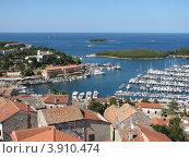 Купить «Вид сверху на город Версар и Адриатическое море. Хорватия. Европа», эксклюзивное фото № 3910474, снято 22 апреля 2019 г. (c) lana1501 / Фотобанк Лори