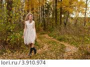 Купить «Улыбающаяся женщина средних лет в платье и сапогах гуляет в осеннем лесу», фото № 3910974, снято 7 октября 2012 г. (c) Эдуард Паравян / Фотобанк Лори