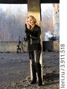 Купить «Блондинка с ружьем в руках стоит в разрушенном здании», фото № 3911518, снято 21 января 2011 г. (c) Сергей Сухоруков / Фотобанк Лори