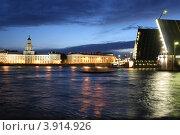 Разведенный Дворцовый мост и вид на Университетскую набережную (2007 год). Редакционное фото, фотограф Oksana Oleneva / Фотобанк Лори
