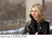 Купить «Молодая блондинка с пистолетом», фото № 3915318, снято 21 января 2011 г. (c) Сергей Сухоруков / Фотобанк Лори